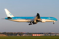 PH-BVO, Boeing 777-306(ER), KLM Royal Dutch Airlines. Arriving for the Aalsmeerbaan, with some nice vortexes in the humid early morning sun. (Freek Blokzijl) Tags: approach arrival landing earlymorning humid vortex wingflex klm royaldutchairlines blue airline luchthaven light sunrise lowlight aaalsmeerbaan rwy36r aankomst widebody boeing777 777300 planespotting vliegtuigspotten canon eos7d amsterdamairport eham schiphol ams spring april2018 saturday sunny