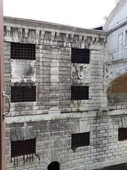 Vergitterte Fenster (hardy2408) Tags: markusplatz venedig