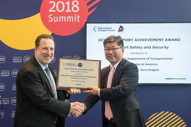 Michael Replogle accepts the 2018 Transport Achievement Award