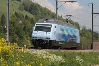 Loktaufe - Taufe der Lok der BLS Lötschbergbahn Lokomotive Re 465 016 - 4 mit Taufname Centovalli mit Werbung Stockhorn ( Hersteller SLM Nr. 5740 - ABB - IB 1997 - Werbelokomotive seit 04.05.18 ) in Erlenbach im Simmental im Kanton Bern der Schweiz