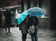 Conversation ... ( P-A) Tags: agencement couleurs détrempée huminide mode parapluies pluie public style photos simpa© filtre texture