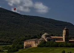 A la carta... (rosslera) Tags: gf7 lumix landscape vistas campo verde color naranja azul volar globo montaña paisaje arquitectura monasterio españa navarra