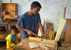 Madagascar - father and daughter at woodworking factory (NettyA) Tags: 2017 africa ambositra madagascar daughter girl man town travel woodworking working