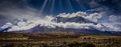 despues de la lluvia (Mauro Esains) Tags: cerros el chalten campo patagonia pasto coirón matas alambrado gotas lluvia tormenta nuves niebla agua sombras paisaje aire libre contrastes piedras postes frío