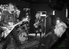 Physique, Black Water Bar, Portland, OR, 5-19-2018 (convertido) Tags: suck lords rubble physique putzfrau portland oregon or pdx olympia washington tour kick off black water bar may 2018 white concert photography live music show
