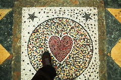 Il vous aime (Atreides59) Tags: pied foot pieds feet coeur heart vienne église eglise church histoire history rouge red jaune yellow green vert pentax k30 k 30 pentaxart atreides atreides59 cedriclafrance