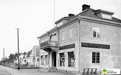 tm_7544 - Torggatan, Tidaholm (Tidaholms Museum) Tags: svartvit positiv tidaholm stadsgata bokhandel balkong