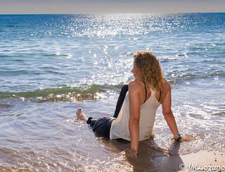 relajada junto al mar