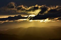 DSC_1441 (griecocathy) Tags: coucher soleil ciel rayon nuage montagne sombre noir gris lumineux brillance or blanc