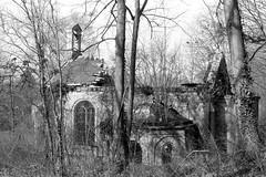 La Chapelle du Mesnil-sur-l'Estrée (Philippe_28) Tags: mesnilsurlestrée muzy 27 chapelle ruines eure normandie normandy france europe 24x36 argentique analogue camera photography film 135 bw nb