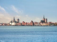 Stralsund (Thomas Heuck) Tags: stralsund mecklenburgvorpommern stadt city ostsee sea wasser water himmel sky skyline altefähr olympus em1markii architektur architecture gebäude buildings