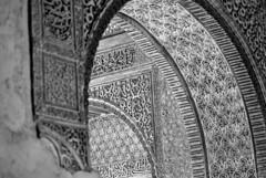 Perspectives (dagherrotipista) Tags: alhambra granada bn blackandwhite palaciodenazaries spain espana spagna arabesco intagli decorazioni nikond60