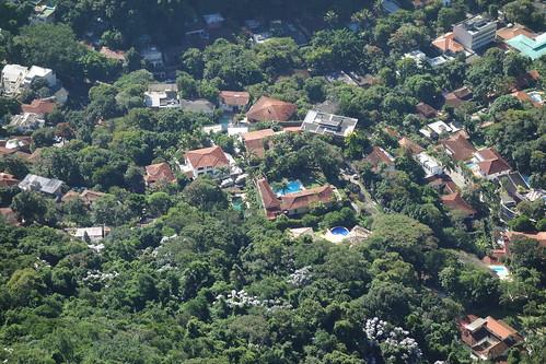 Juste à côté de cette favela, il y a de nombreuses villas avec des piscines ... Pelico a été surpris de ce contraste !