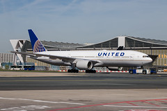 Frankfurt Airport: United Airlines Boeing 777-222(ER) B772 N224UA (kevin.hackert) Tags: rheinmain vorfeld linienflugzeug flughafen eddf outdoor metropole airport jet flugzeug cargo rheinmainflughafen ffm hessen fra aircraft frankfurtammain 069 apron frankfurt main rollfeld fahrzeug fraport boden verkehrsflughafen