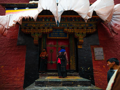 彌勒殿 (sunnyha) Tags: china tibet shigatse maitreyatemple tashilhunpomonastery 扎什倫布寺 彌勒殿 building architecture people sunnyha sony sonyilce7rm2 leicatrielmarm161821mmf4asph leica colours photographier photograph buddhism tibetanbuddhism 藏傳佛教 religion 中國 中国 攝影 寫真 摄影 写真 吉祥須彌寺 བཀྲ་ཤིས་ལྷུན་པོ