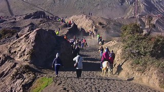 INDONESIEN, Java, Menschen und Pferde in der Caldera (Sandmeer) Am Tengger-Vulkanmassiv (Bromo), Hinauf zum Kraterrand,  17454/10013