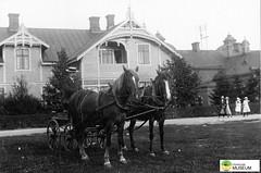 tm_7442 - Nya Torget, Tidaholm (Tidaholms Museum) Tags: svartvit positiv tidaholm exteriör bostadshus häst hästkärra torg