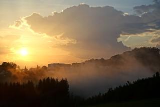 Die Abendsonne mit aufsteigenden Nebelwolken nach einem Gewitterregen.  The warmth of the sun in ascending fog following a thunderstorm.