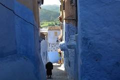 Ruelle de Chefchaouen (Olivier Simard Photographie) Tags: maroc morocco chefchaouen chefchaouèn rif massifdurif médina medina bleu blue azul achawen chaouen الشاون شفشاون ⵜⵛⴻⴼⵜⵛⴰⵡⴻⵏ escalier stairs rifmountain sebbanine lumière light afriquedunord maghreb berbère berber alley redhead intangibleculturalheritageofhumanitybyunesco bluerinsed andalusian ruelle patrimoineculturelimmatérieldel'humanitédelunesco andalou res linge bleudechefchaouen architecture riad girl blueofchefchaouen rifaine burnous traditionalclothing vêtementtraditionnel femme woman rue street couleurs colors