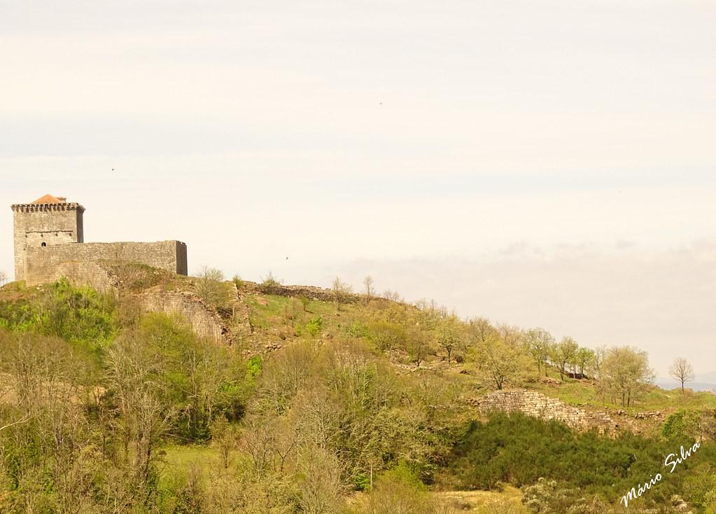 Águas Frias (Chaves) - ... castelo de Moforte de Rio Livre (monumento Nacional) no alto do Brunheiro ...