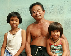 proud grandfather (the foreign photographer - ฝรั่งถ่) Tags: proud grandfather grandpa sitting two grand daughters khlong thanon portraits bangkhen bangkok thailand canon