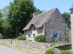 Chaumière de St-Quirin (Office de Toursime Auray Communauté) Tags: chaumière hameau village chaume