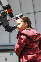 Young girl getting a chance to see sunspots through a telescope during the 2018 Johns Hopkins University Spring Physics Fair. (Bill A) Tags: telescope johnshopkins scienceeducation physics physicsfair jhuspringfair sciencedemonstration