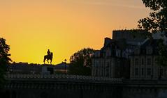 Paris (FRANCOIS VEQUAUD) Tags: paris laseine quaisdeseine pontneuf statueéquestrehenriiv iledelacité daylight sunrise capitale 1erarrondissement