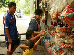 please! please! please! (the foreign photographer - ฝรั่งถ่) Tags: convenience store children father vendor candy khlong thanon portraits bangkhen bangkok thailand canon