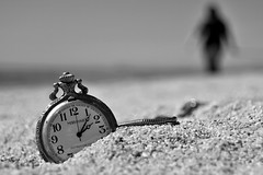 El tiempo se paró a las 14.07h (Osruha) Tags: premia premiademar barcelona barna bcn cataluña catalonia catalunya españa espanya spain reloj rellotge watch blancoynegro blancinegre blackandwhite bw bn bnw monocromo monocrom monochrome playa platja beach bellamar playabellamar composición composition composició nikon nikonistas d750 relax tranquilidad tranquilitat peacefullness