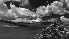 羊卓雍湖 (羊卓雍措) (sunnyha) Tags: 羊卓雍湖 yamdroklake lake landscape landschap tibet china chinese sky whitecloud clouds mountain mount water nature nopeople outdoors day tibetanculture chinalandscape marnyistone manistones color colours photographier photograph sunnyha sunny sony sonyilce7m3 a7m3 馬泥堆 sonyfe24240mmf3563oss 西藏 羊卓雍措