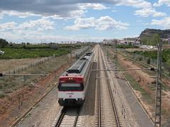 Tren de Cercanías de Renfe (Línea C-6) a su paso por SAGUNT (Valencia) (fernanchel) Tags: adif sagunt ciudades renfe spain cercanias rodalies поезд bahnhöfe railway station estacion ferrocarril tren treno train c6
