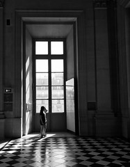Girl (javitm99) Tags: girl chica bw bn b n w blanco negro gris louvre france paris architecture arquitectura human window