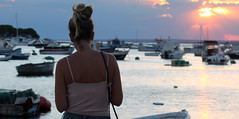 PortoCesareo_25 (ancasta1901) Tags: ragazza girl mädchen sguardo guardare vista tramonto sunset sonnenuntergang portocesareo barche boats luce licht light mare sea see acqua wasser water puglia italy estate sommer summer donna donne woman frauen sera evening abend color farben colori città