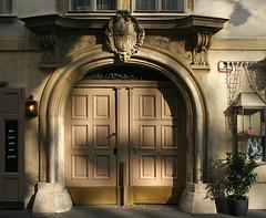 Die Bäckerstraße 2 im 1. Bezirk von Wien (Wolfgang Bazer) Tags: bäckerstrase 2 zeltschneiderisches haus weinorgel wein wine innere stadt wien vienna österreich austria haustür portal frontdoor