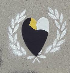 Les lauriers (Mai 2018) (Ostrevents) Tags: paris 75 france europe europa artdanslarue artdelarue streetart rue street mur wall bombage spray pochoir stencil coeur heart laurier laurel couple baiser kiss sensualité sensuality heartkraft chn ostrevents