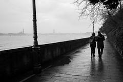 Street shot, Venezia Italia (mafate69) Tags: ue eu europe italie italia italy city candid ville venice venezia venise nb noiretblanc blackandwhyte bw photojournalisme photoreportage photojournalism rue reportage documentaire documentary street streetshot streetlevelphoto mafate69