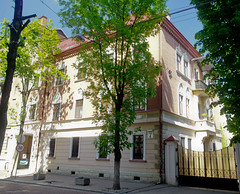 (TheDeepestPurple+) Tags: 2018 ukraine lviv pentax k5 1855 1855mm smcpda1855mmf3556alwr smcdaf35561855mmalwr smcda1855mmf3556alwr pentaxart building outdoor