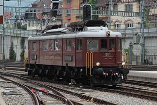 BLS Lötschbergbahn Lokomotive Ae 6/8 205 ( Baujahr 1938 - 1939 - Hersteller SLM Nr. 3678 - SAAS - Elektrolokomotive Triebfahrzeug )  am Bahnhof Spiez im Berner Oberland im Kanton Bern der Schweiz