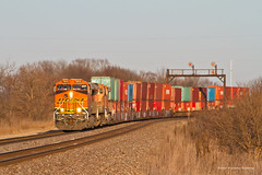 Golden Sun (tim_1522) Tags: railroad railfanning rail illinois il bnsf burlingtonnorthernsantafe chillicothe sub subdivision atsf searchlight signals bridge intermodal generalelectric gevo es44c4 c449w es44ac
