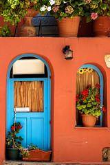 Orange & Bleu (Lucille-bs) Tags: europe grèce greece crète lacanée chania hania architecture porte fenêtre plante pot détail orange bleu
