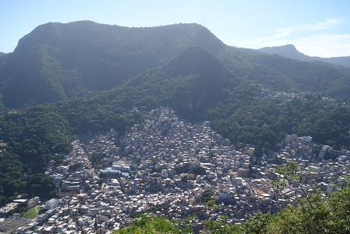 Rocinha est construite sur le versant d'une montagne, c'est l'une des favelas les plus dangereuses de Rio