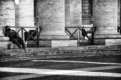 I\XXIXXI (encantadissima) Tags: roma lazio sanpietro colonnato mendicante ringhiere bienne street