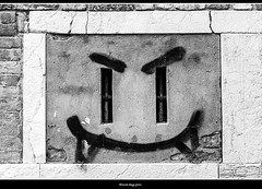 smile (magicoda) Tags: italia italy magicoda foto fotografia venezia venice veneto biancoenero blackandwhite bw bn persone people blackwhitephotos maggidavide davidemaggi passione passion scritte writers graffiti love amore grafia grafomani muro wall poesia poeti scrittori voyeur 2017 nosexy noupskirt grammar handwriting graphomaniac nowife poem vandalo vandali nikon reflex dslr d300 dave smile sorriso finestra window 20181223