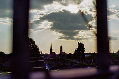 Doomed (auqanaj) Tags: minoltaxd7 kodakgold200 cewescanat72dpi 20180508 rokkor md5017 amberg kirchen churches friedhof graveyard wolke cloud sun sonne himmel sky cemetary analog minoltaxd