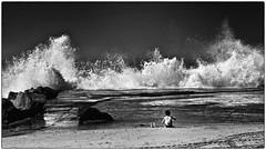 Même pas peur ! (Patevy Damant) Tags: nb bw olympus océan atlantique vagues enfant ciel mer