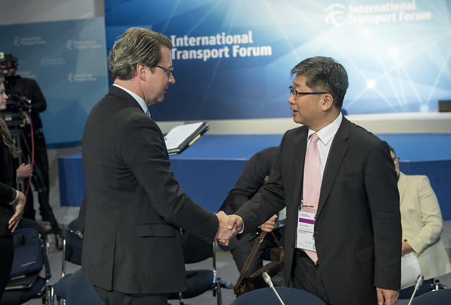 Andreas Scheuer greeting Young Tae Kim at the Closed Ministerial