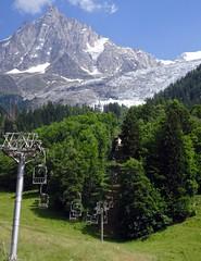 Le télésiège du Glacier des Bossons, a picturesque heritage chairlift. (elsa11) Tags: glacierdesbossons chaletduglacierdesbossons montblancmassif lesbossons aiguilledumidi glacier gletsjer hautesavoie rhonealps alpes alps alpen montagnes mountains france frankrijk chairlift télésiége stoeltjeslift