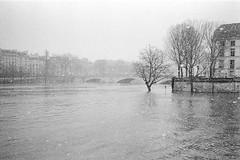 Paris - XVII (Olmar) Tags: summicron35 leicam7 pancro400 bergger analog paris seine france pont crue neige snow