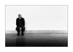 Grosse fatigue (Jean-Louis DUMAS) Tags: noiretblanc noir noretblanc black blanc blackandwhite bw people homme minimalisme minimalist monochrome musée museum